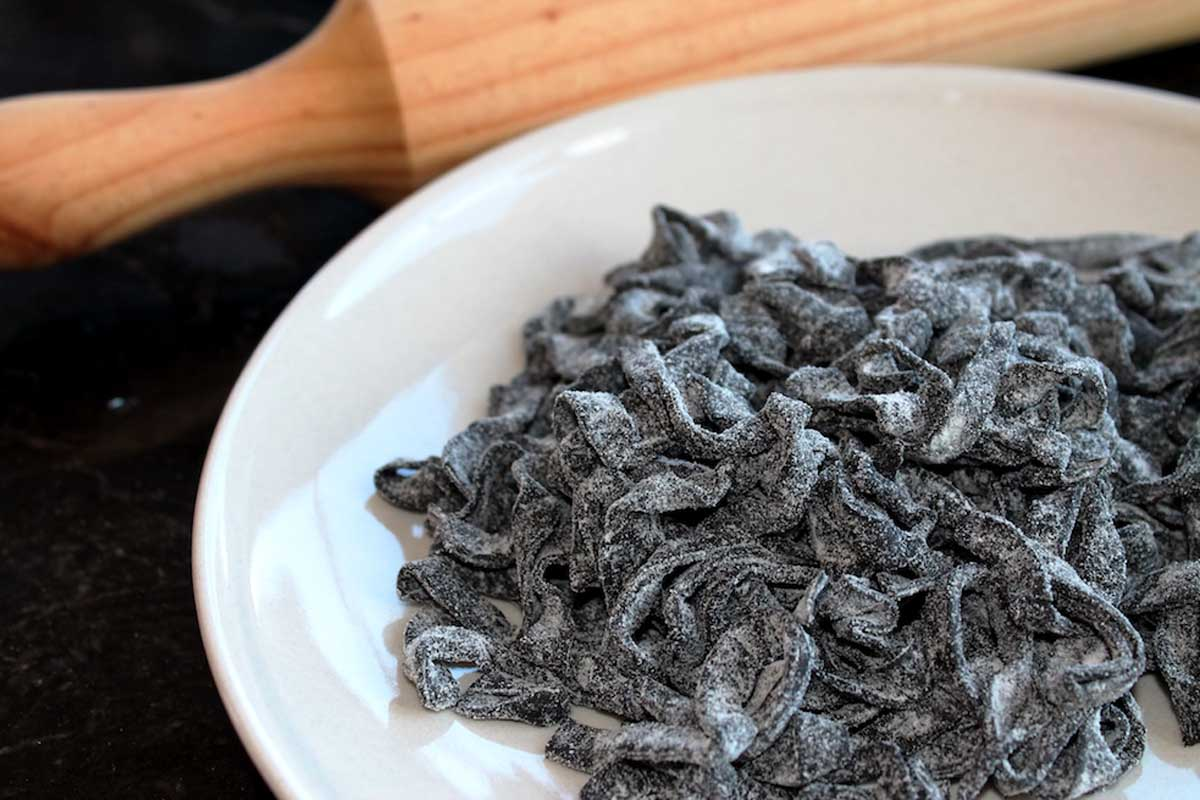 Pasta fresca negra al nero di sepia