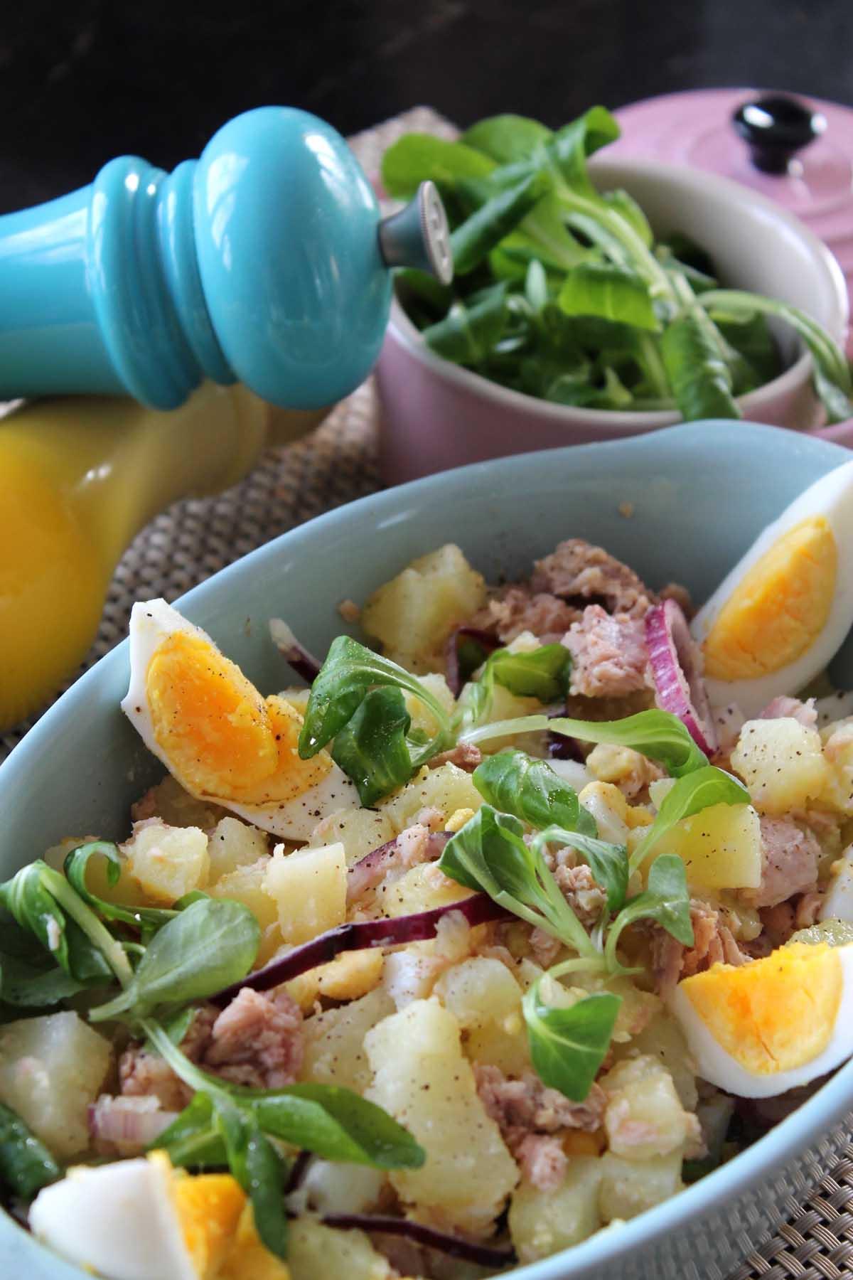 Ensalada de patatas, atún, huevo y cebolleta