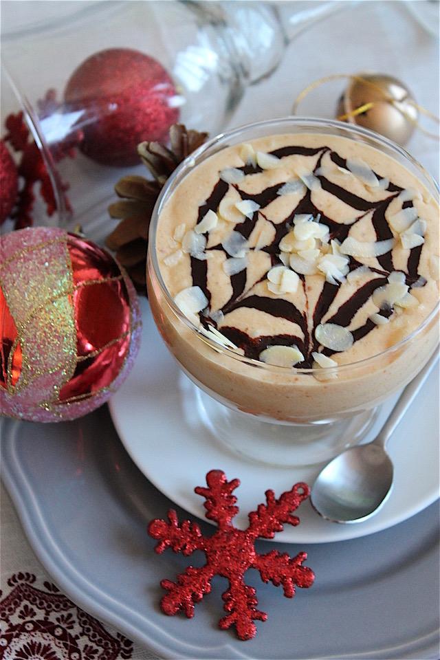 Mousse de turrón sin lactosa con sirope de chocolate